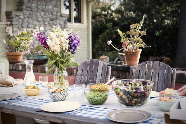 Сервіз столовий на трапези на відкритому повітрі — стокове фото