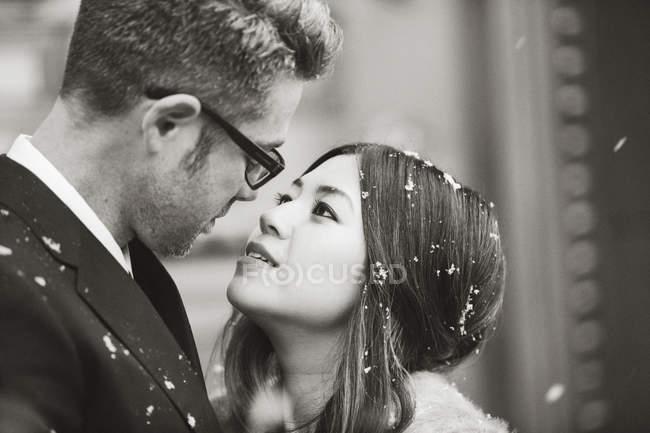 Мужчина и женщина целуются на улице — стоковое фото