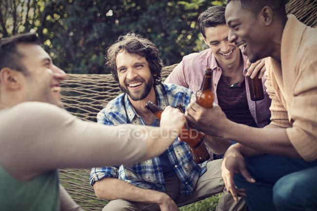 Grupo de amigos tomando uma cerveja . — Fotografia de Stock