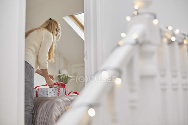 Жінка обгортає кристами подарунками — стокове фото