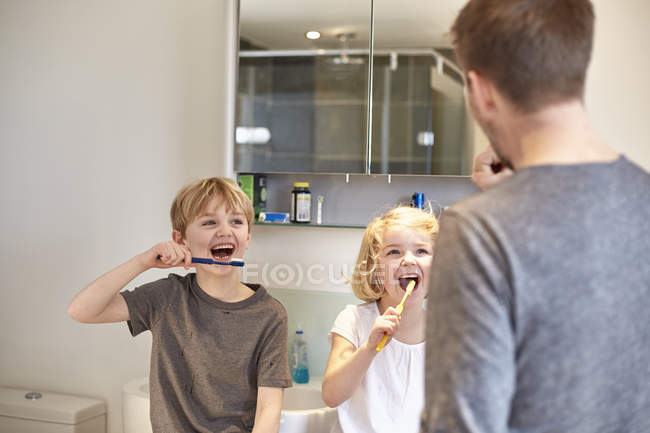 Children cleaning their teeth — Stock Photo