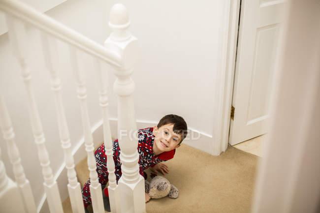 Garçon assis dans les escaliers — Photo de stock