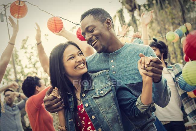 Männer und Frauen auf einer Party tanzen im freien — Stockfoto