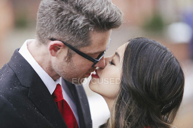 Embrasser homme et femme. — Photo de stock