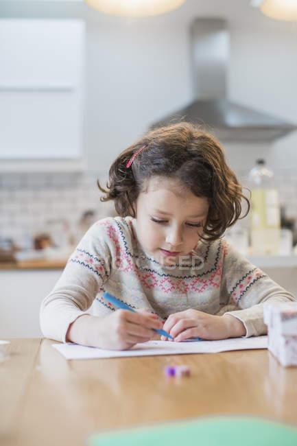Дівчина письмовій формі картки або лист — стокове фото