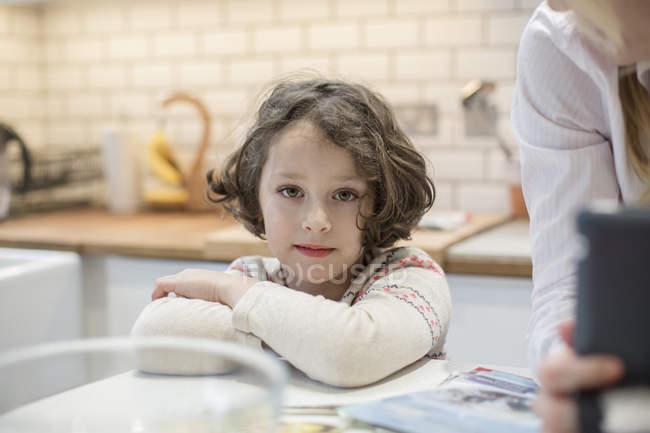 Молода дівчина рішень Різдвяна листівка. — стокове фото