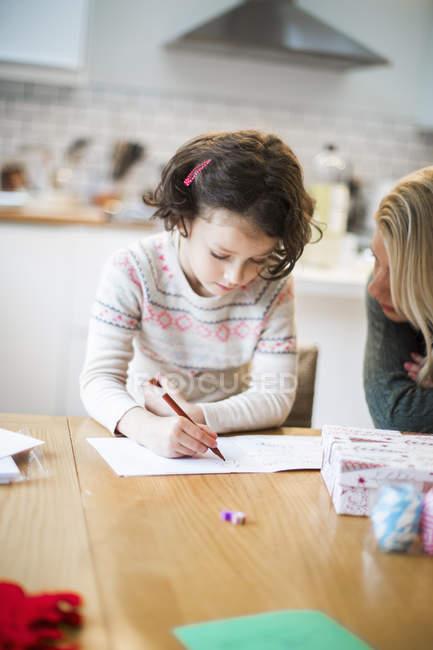 Матері і дівчина малюнок лист до Санта — стокове фото