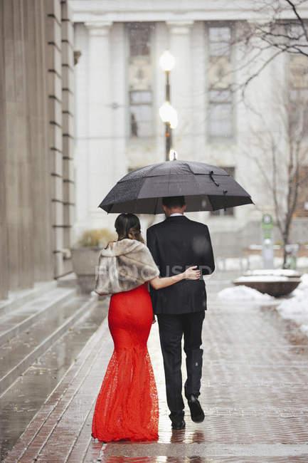 Paar spaziert durch eine Stadt. — Stockfoto