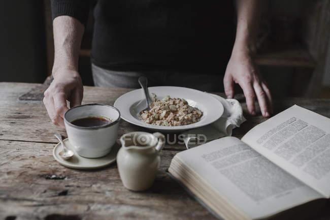 Человек за столом с завтраком — стоковое фото
