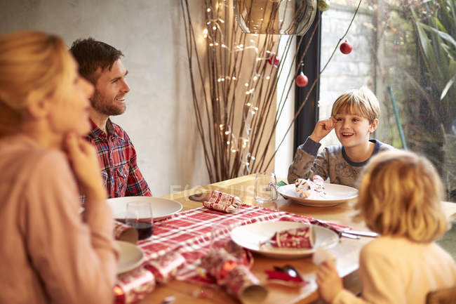 Famille assis à table au moment de Noël — Photo de stock