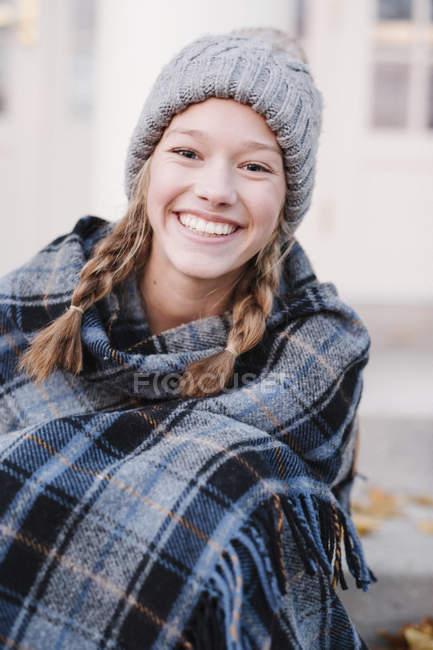 Девочка-подросток в клетчатой шале — стоковое фото