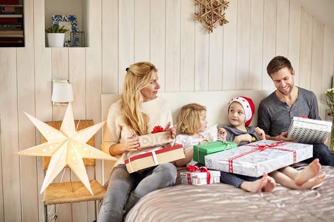 Famille sur ouverture de matin de Noël présente — Photo de stock