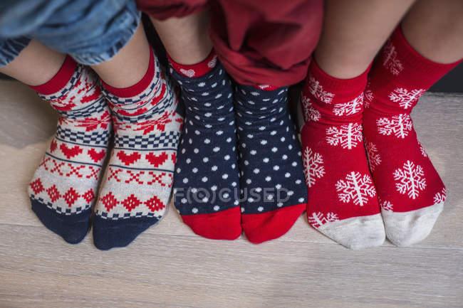 Детские ножки в узорчатых рождественских носках . — стоковое фото