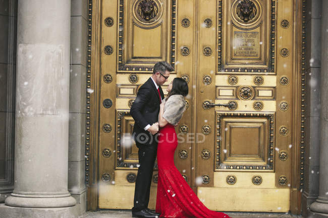 Couple kissing on the steps of a building. — Stock Photo