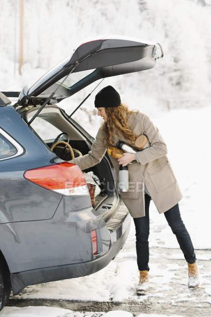 Donna a stivale di un'auto . — Foto stock