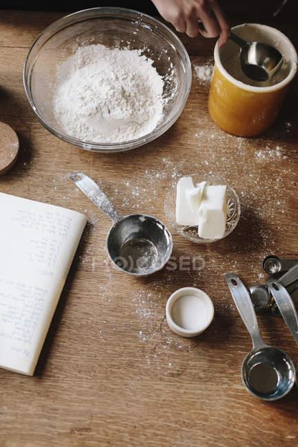 Інгредієнти на кухонному столі. — стокове фото