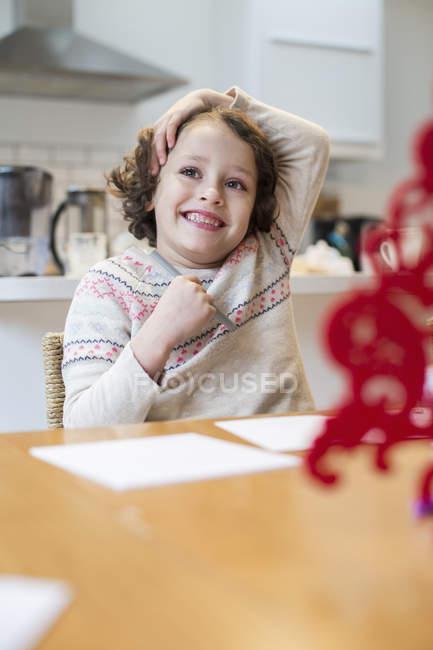 Дівчина письмовій формі картки перед Різдвом. — стокове фото