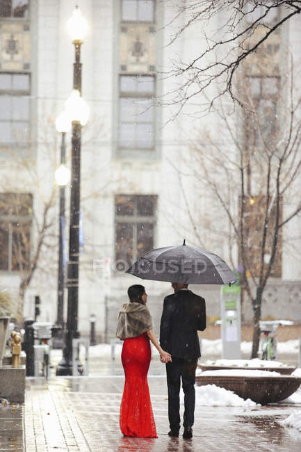 Couple walking through a city. — Stock Photo