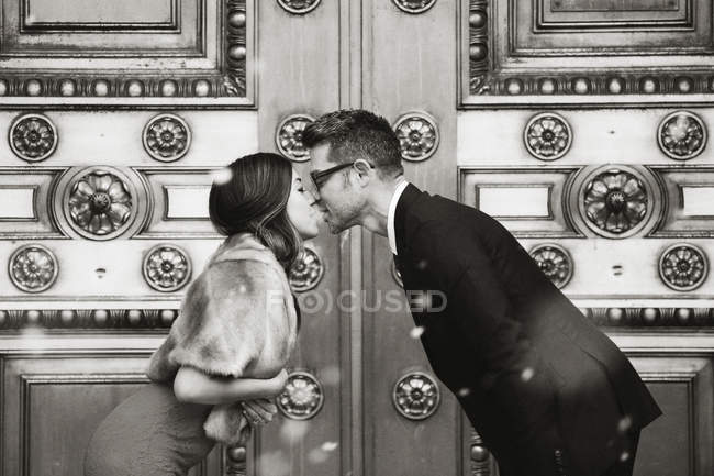 Man and woman kissing — Stock Photo