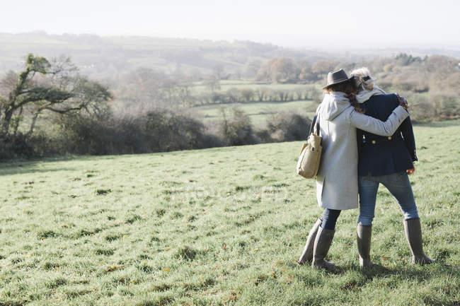 Duas mulheres ombro a ombro — Fotografia de Stock