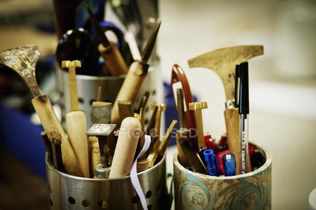 Panelas de metal cheias de ferramentas manuais — Fotografia de Stock