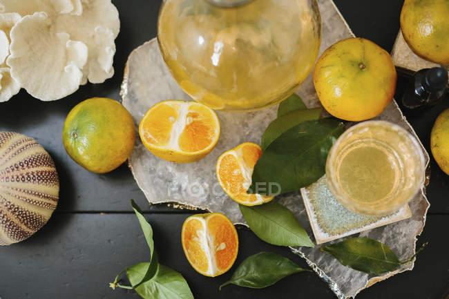 Tableau avec les mandarines en tranches — Photo de stock
