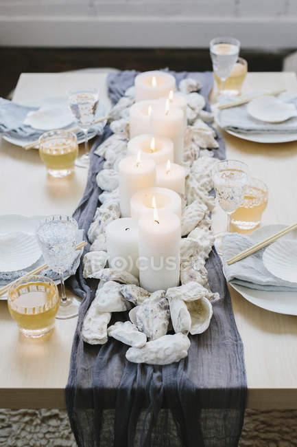 Mesa decorada para la comida navideña - foto de stock