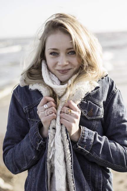 Девушка на пляже в зимнее время — стоковое фото