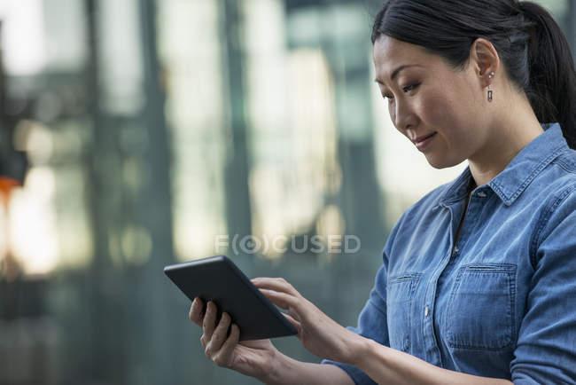 Imprenditrice che utilizza tavoletta digitale — Foto stock