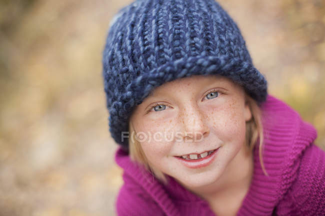 Девушка в вязаной шляпе — стоковое фото