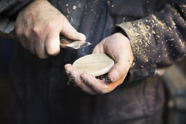 Uomo che tiene un disco in legno — Foto stock