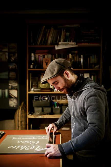 Uomo che lavora nel suo laboratorio — Foto stock