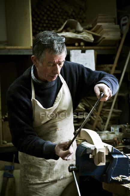 Homem que trabalha na oficina de um fabricante de móveis — Fotografia de Stock