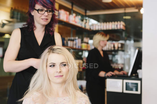 Parrucchiere e cliente al salone — Foto stock