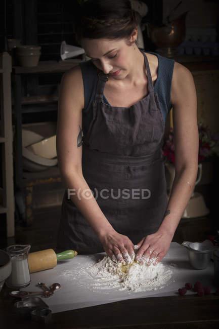 Жінка готує тісто для печиво — стокове фото