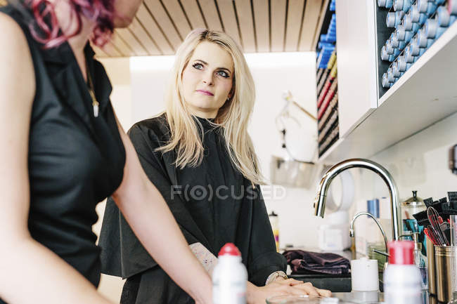 Hair stylist and a client — Stock Photo