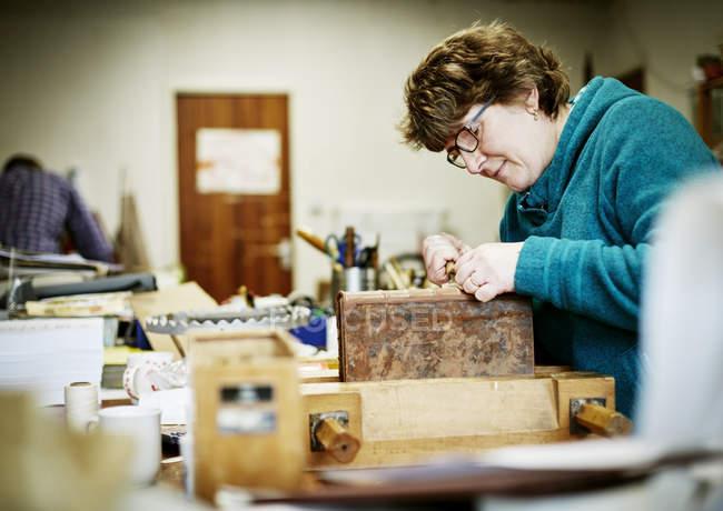 Жінки, що працюють у прив'язуванні книгу — стокове фото