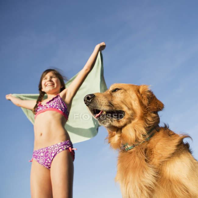 Golden retriever cane e ragazza — Foto stock