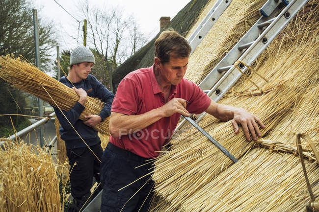 Men thatching a roof — Stock Photo