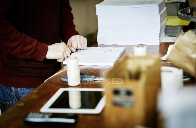Digital-Tablette auf einer Werkbank — Stockfoto