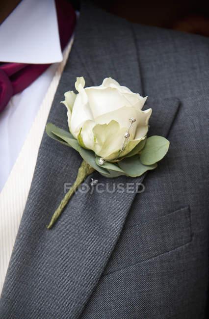 Жених с белой розы buttoniere — стоковое фото