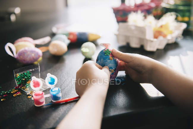 Child decorating eggs — Stock Photo