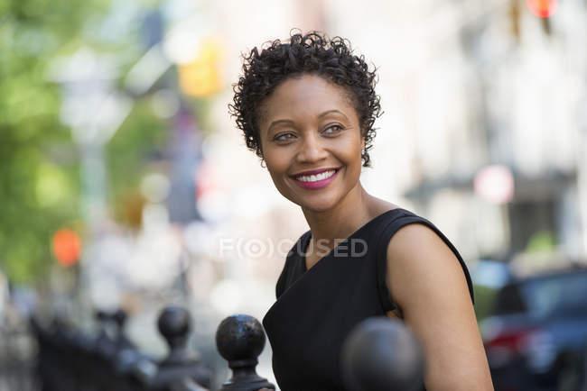 Mujer en vestido negro - foto de stock