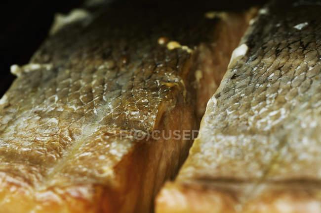 Filetes de pescado en una parrilla en un ahumador de pescado. - foto de stock
