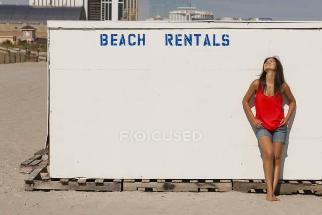 Молода жінка, оренда пляж ларьок. — стокове фото