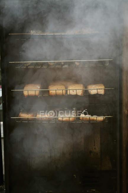 Filetes de pescado en un ahumador de pescado. - foto de stock
