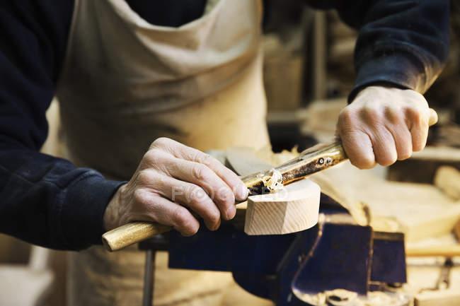 Homem trabalhando em um pedaço de madeira — Fotografia de Stock