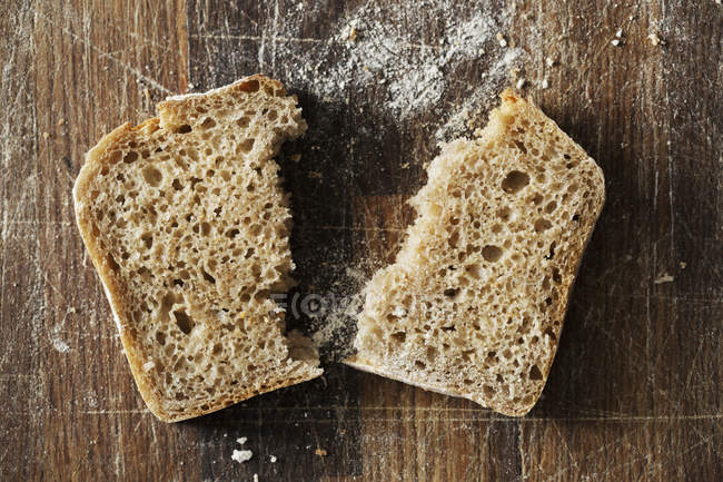 Tranche de pain fraîchement cuite . — Photo de stock
