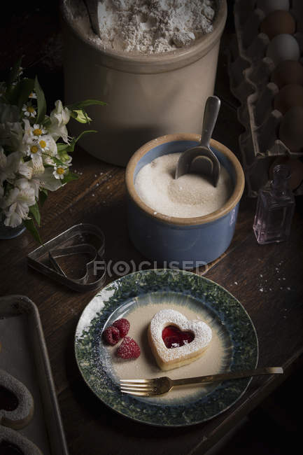 Bowl of sugar and plate with heart shaped biscuits — Stock Photo