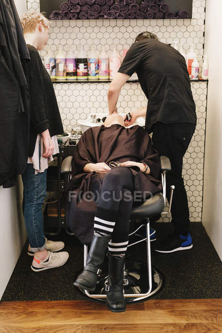 Client at hair salon — Stock Photo